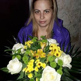 Именинница с букетом из роз, хризантем и альстромерий - фото