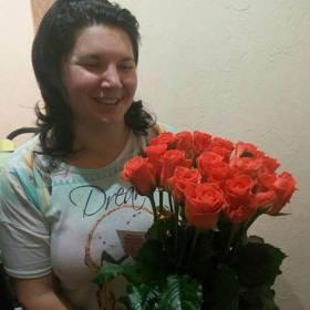 Именинница с букетом оранжевых роз - фото