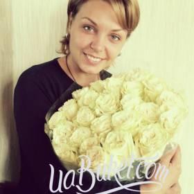 Счастливая девушка с букетом белых роз  - фото