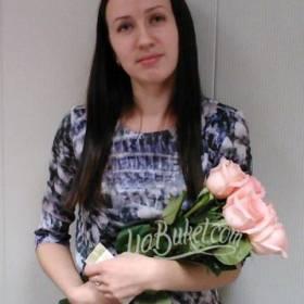 Девушка с букетом нежных розовых роз - фото
