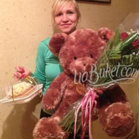 Получатель с букетом цветов, медведем и тортом - фото