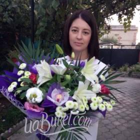 Девушка с букетом лилий, хризантем и орхидей - фото