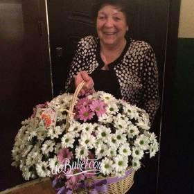 Получательница с корзиной хризантем - фото