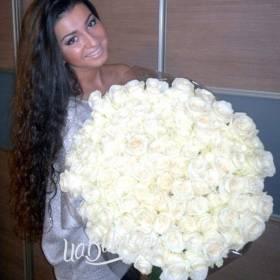 Белые розы для девушки - фото