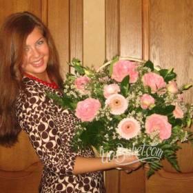 Девушка с корзиной из роз и гербер - фото