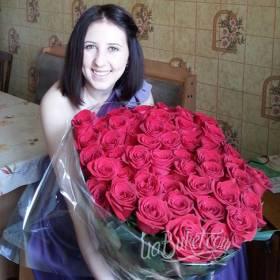 Девушка с роскошным букетом из красных роз - фото