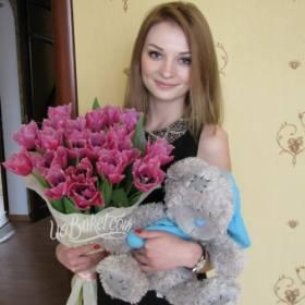 Девушка с букетом тюльпанов и медведем - фото