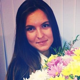 Девушка с букетом разноцветных хризантем - фото