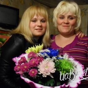Счастливые получательницы с букетом разноцветных хризантем - фото