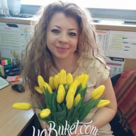 Букет желтых тюльпанов доставлен получательнице в офис - фото