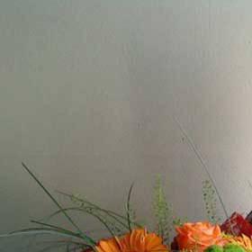 Девушка с букетом в оранжевых тонах - фото