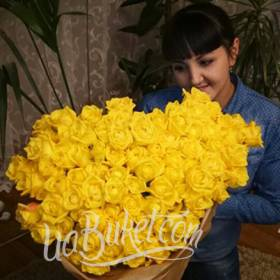 Девушка с большим букетом желтых роз - фото