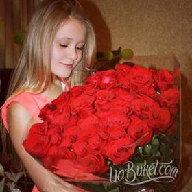Девушка с букетом красных роз - фото