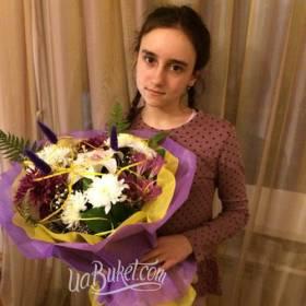Девушка с ярким сборным букетом - фото