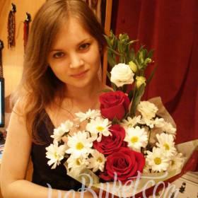 Красные розы и белые хризантемы для любимой девушки - фото