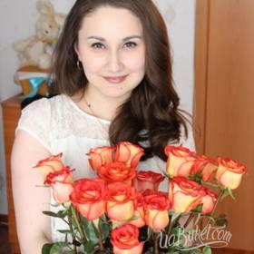 Девушка с букетом из оранжевых роз - фото