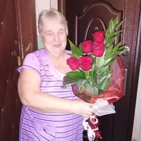 Получательница с букетом из роз и зелени - фото