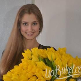 Большой букет желтых тюльпанов для получательницы - фото