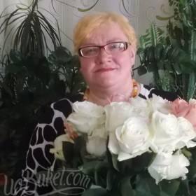 Получатель с букетом белых и розовых роз - фото