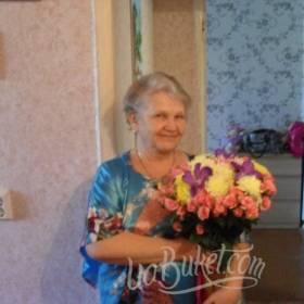 Получательница со сборным букетом в ярких тонах - фото