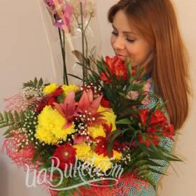 Получатель с букетом хризантем, лилий и альстромерий - фото