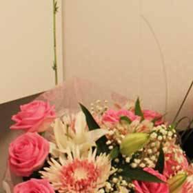 Девушка с букетом в розовых тонах - фото