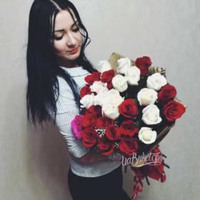 Букет из красных и белых роз для девушки - фото