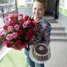Получательница с розами и тортом - фото