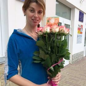 Девушка с букетом роз Джумилия - фото