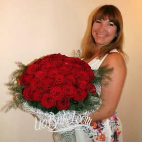 Счастливая именинница с букетом красных роз - фото