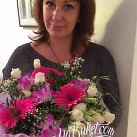 Получательница с букетом из роз, гербер и альстромерий - фото