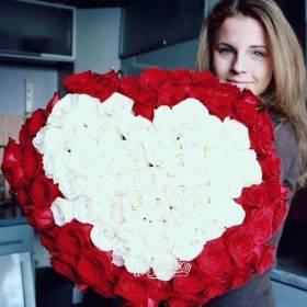 Девушка с розами в форме сердца - фото