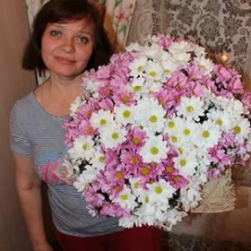 Получатель с букетом белых и розовых хризантем - фото