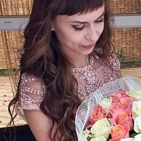 Девушка с букетом белых и розовых роз - фото