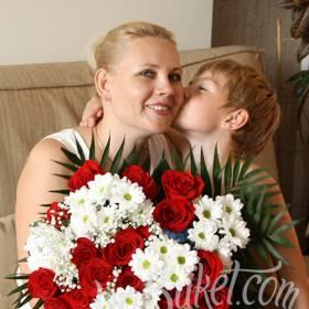 Красные розы и белые хризантемы для мамы - фото