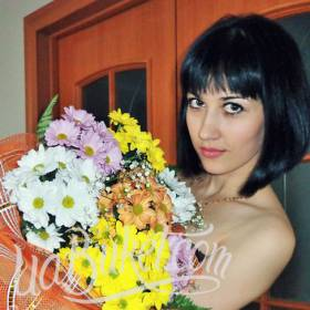 Девушка с ярким букетом хризантем - фото
