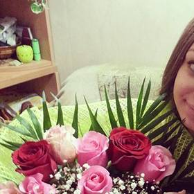Получательница с букетом из роз и гипсофилы - фото