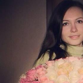 Девушка с большим букетом из роз - фото