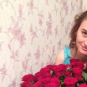 Именинница с большим букетом красных роз - фото