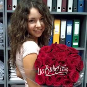 Букет красных украинских роз с доставкой для счастливой получательницы - фото
