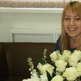 Девушка с корзиной белых роз и альстромерий -фото