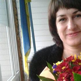 Именинница с букетом из хризантем и альстромерий - фото