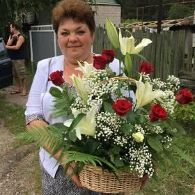 Получательница с корзиной из роз и лилий - фото