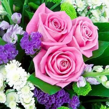 нежные розы в полевых цветах.jpeg