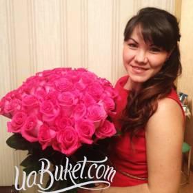 Девушка с роскошным букетом розовых роз - фото
