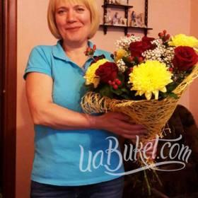 Именинница с букетом из красных роз и желтых хризантем  - фото