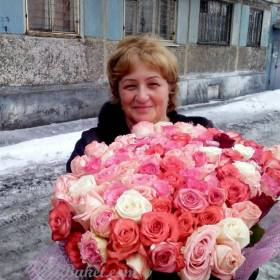 Женщина с букетом розовых роз - фото