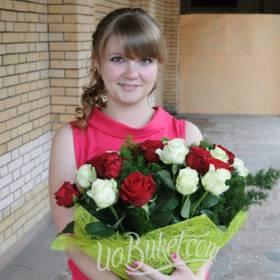 Именинница с букетом белых и красных роз - фото