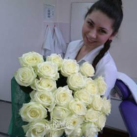 Девушка с розами Аваланч - фото