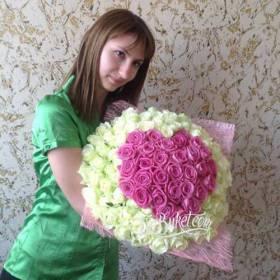 Девушка с букетом роз в форме сердца - фото